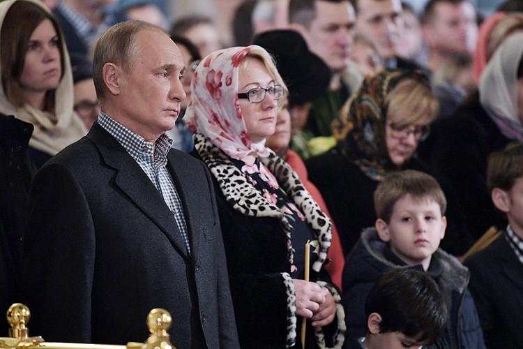 Владимир Путин на Рождественское богослужение пришел в церковь, где крестили его отца