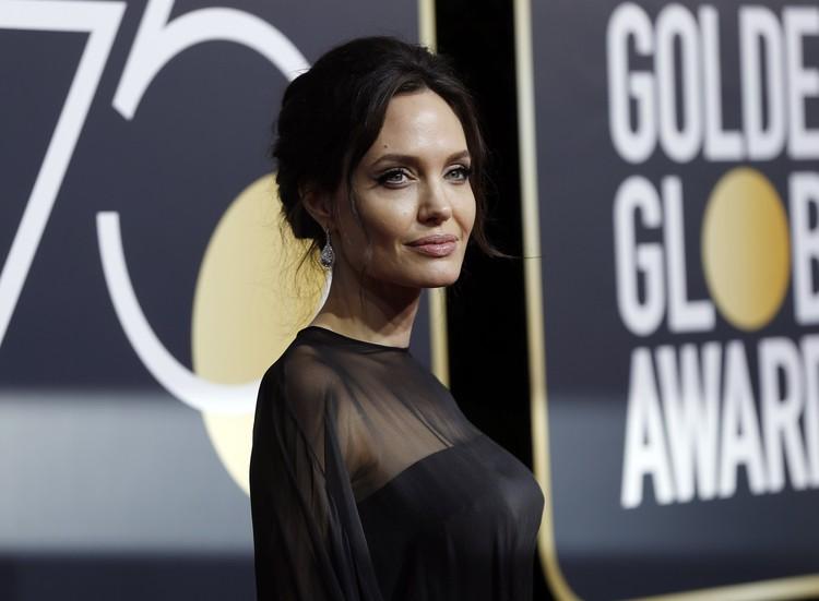 """Анджелина Джоли впервые за много лет появилась на """"Золотом глобусе"""" без Брэда Питта."""