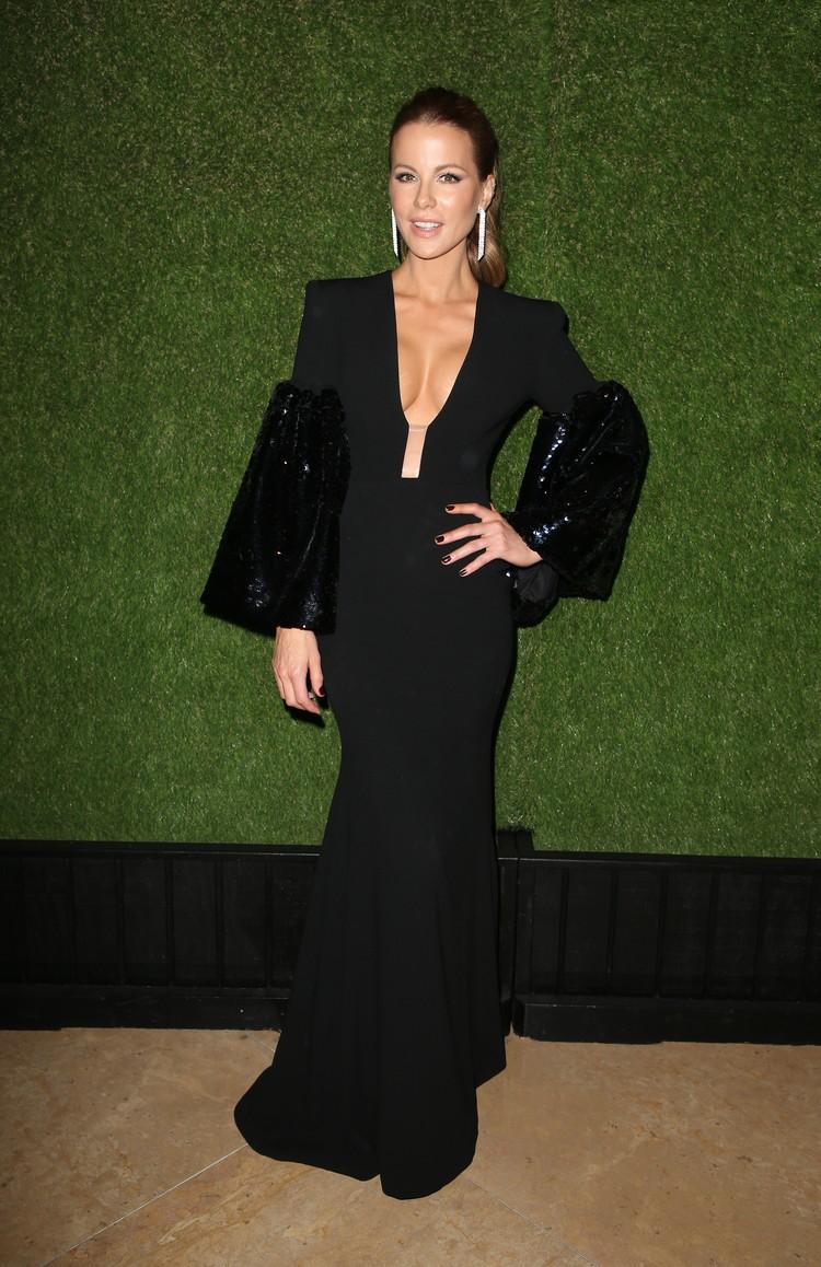 Кейт Бекинсейл выбрала платье с необычным декольте.