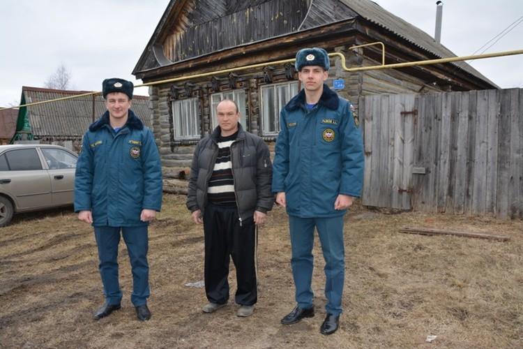 Спасатели Артем Рыжов и Павел Игошин взяли под опеку бездомного инвалида без документов