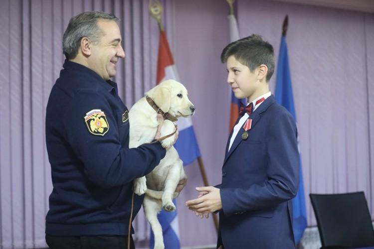 Шестиклассника Василия Белова наградил сам глава МЧС Владимир Пучков