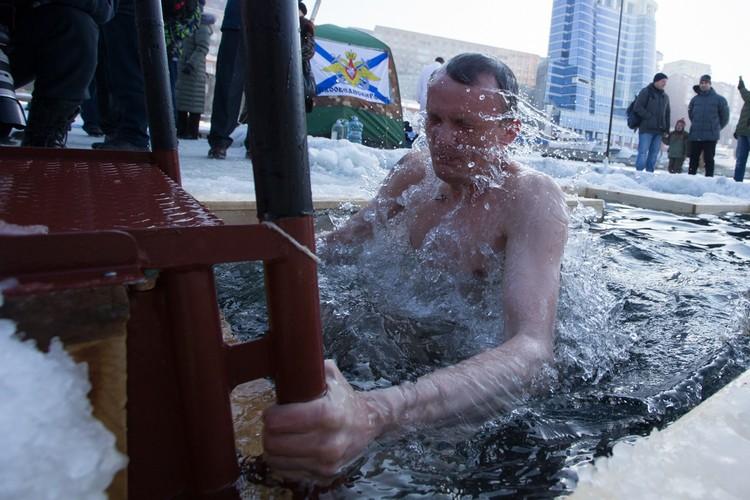 """Владивостокцы окунулись в иордань у яхт-клуба """"Семь футов"""""""