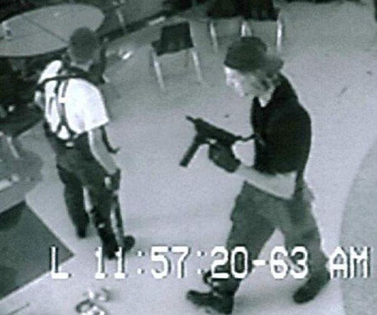Самые обычные, ничем не приметные подростки Эрик Харрис и Дилан Клиболд, ворвались в школу Колумбайн с оружием в руках