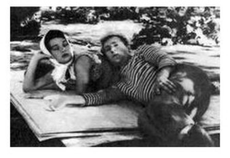"""На съемочной площадке фильма """"Стряпуха"""". Высоцкий практически неузнаваем в роли Андрея Пчелы."""