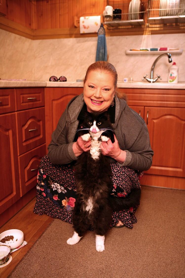 Людмила Сенчина на кухне.