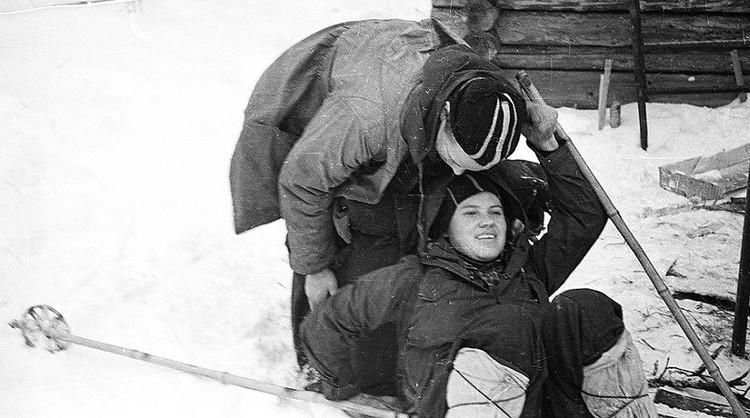 Это фото вызывает много вопросов у медиков. Если у Юрия Юдина был радикулит, то вряд ли он бы стал помогать девушке подняться. Он бы просто не смог этого сделать.