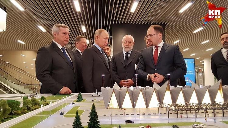 """Глава государства осмотрел экспозицию, посвященную """"Платову""""."""