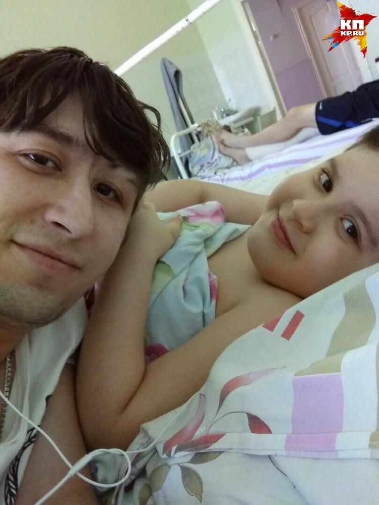 В больнице Рамиль лежал вместе с сыном. Пока другие дети лечились с мамочками, Данил учился по-мужски переносить болезнь Фото: архив семьи