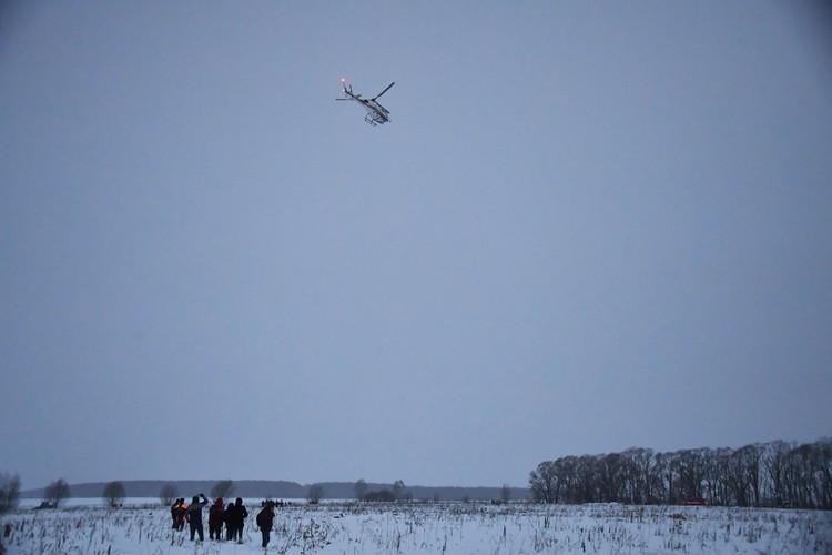 Над местом крушения самолета работаю вертолеты