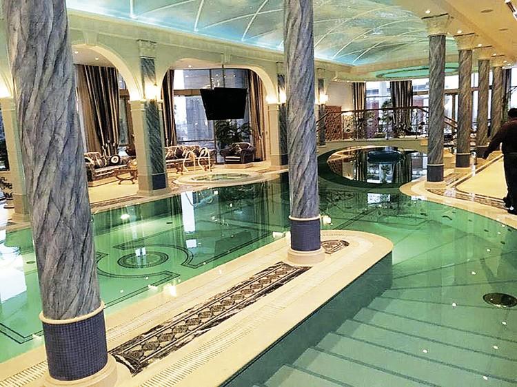 Замысловатый бассейн, видимо, установили ради красоты, а не для спорта.