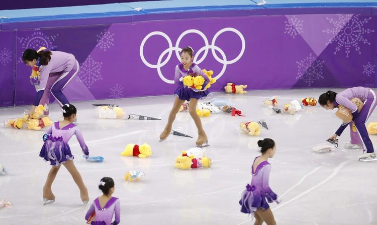 После выступления Юдзуру Ханю на лед полетели Винни-Пухи.