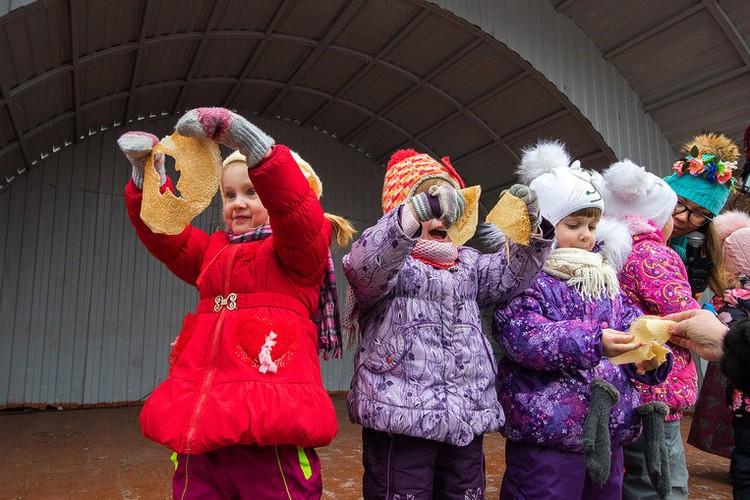 Дети стали первыми дегустаторами приготовленных блинов.