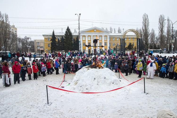 В сквере Дружбы народов сегодня собрались сотни саратовцев.
