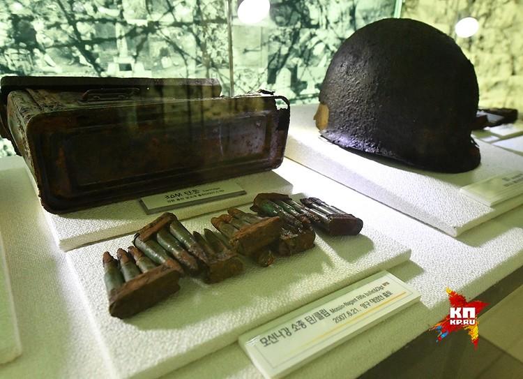 Здесь же американские штурмовые винтовки М-4 и кольты. Грусть вызывают пробитые пулями советские и американские каски... История продолжается. Но ничего не меняется...