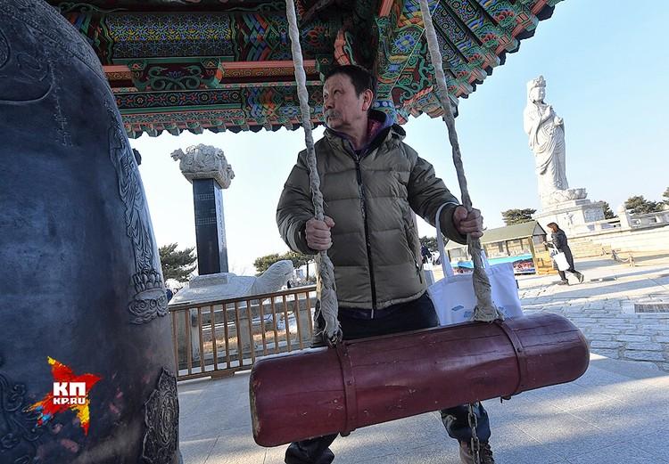 Легенда спортивной журналистики Калмыкии Бадма Колдаев ударил висячим бревном в барабан. Его гулкий звук растворился в этом прекрасном заповеднике истории и природы.
