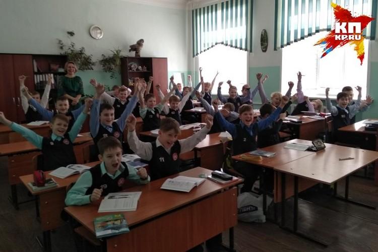 """Учащиеся """"хоккейного"""" класса радуются победе российской сборной"""