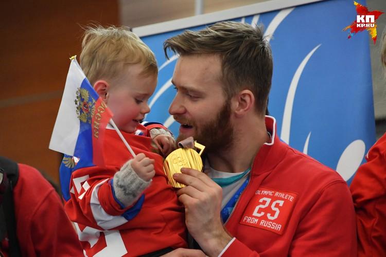 Хоккеист Михаил Григоренко с сыном