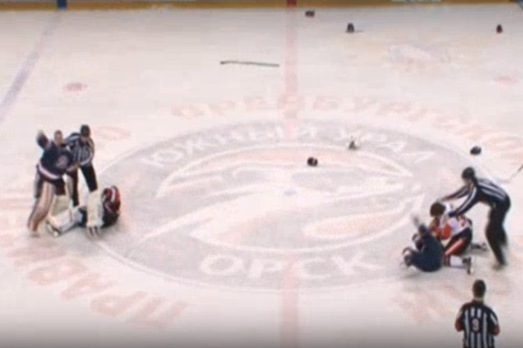Арбитрам с трудом удалось растащить хоккеистов. Фото: скриншот с трансляции