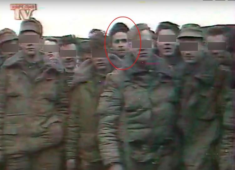 Дмитрий в ТВ-ролике 1995 года, в группе, отправляющейся в Чечню