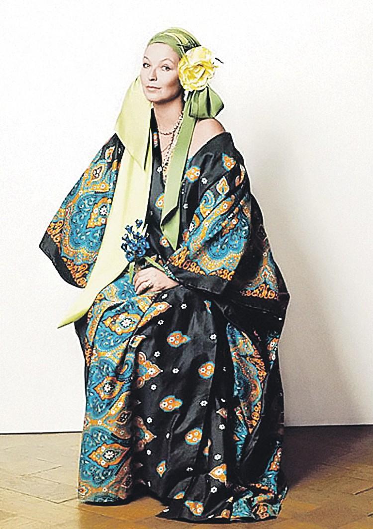 Марина Влади позирует в платье от Зайцева для обложки ее совместной пластинки с Высоцким (невышедшей).