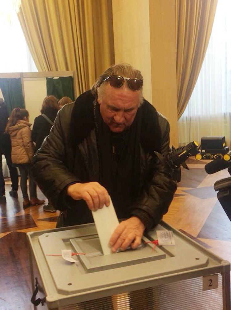 Жерар Депардье, приехал в посольство и опустил бюллетень в урну лично