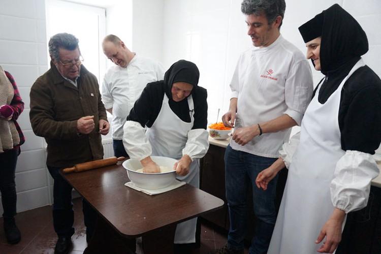 Французские повара под руководством монахинь замесили тесто