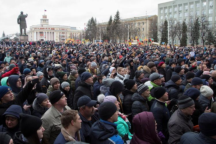 27 марта, митинг на площади Советов в центре города Кемерово.