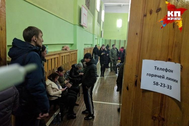 В школе, где находились пострадавшие и родственники, Максим Семенов помогал чем мог: разносил воду, возил люей в больницы...