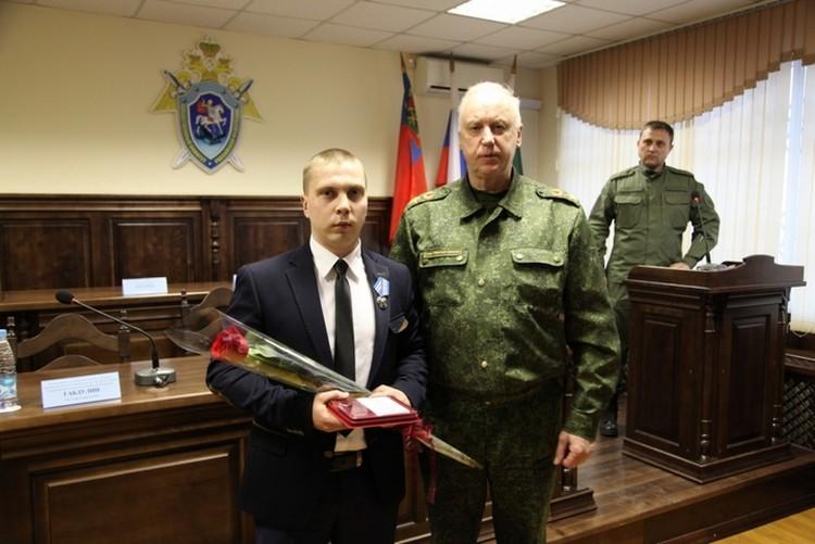 Слева работник зала Александр Калачев. Фото: СКР