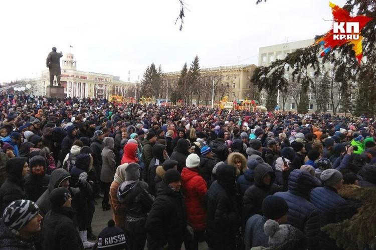 Стихийный митинг, собравшийся на главной площади Кемерова после трагедии
