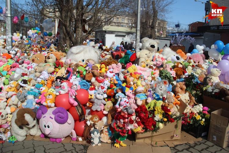 Наш корреспонденты сделали этот снимок на стихийном мемориале памяти погибшим в ТЦ «Зимняя вишня»