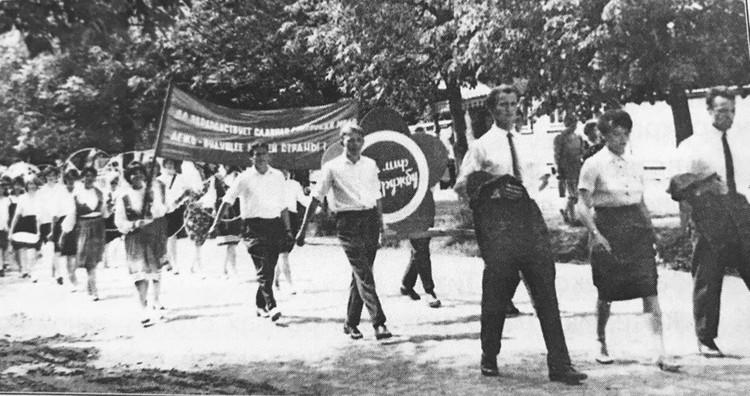 День молодежи в Кимрах. В первом ряду крайний слева шагает Владимир Суслов. Фото: из личного архива Владимира Суслова.