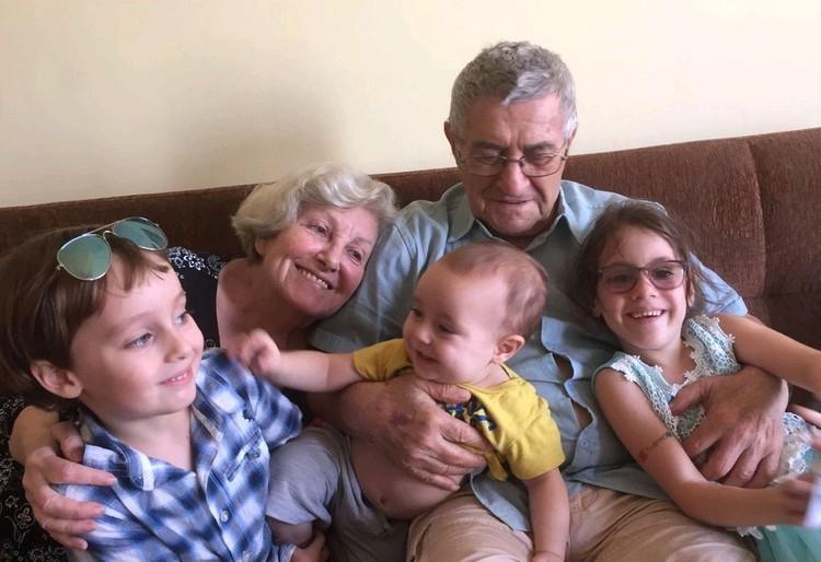Сестра актрисы София с мужем и правнуками.