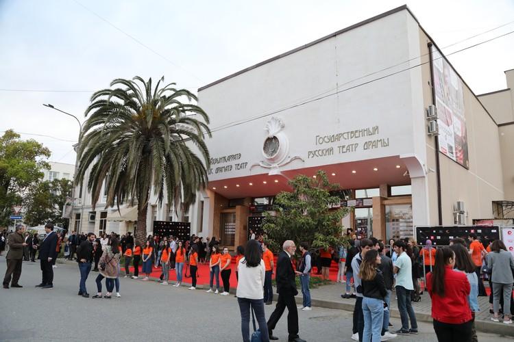 Церемония открытия кинофестиваля проходила в центре Сухума в Государственном русском театре драмы.