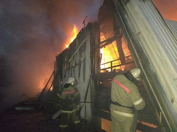С огнем борются 10 пожарных расчетов.