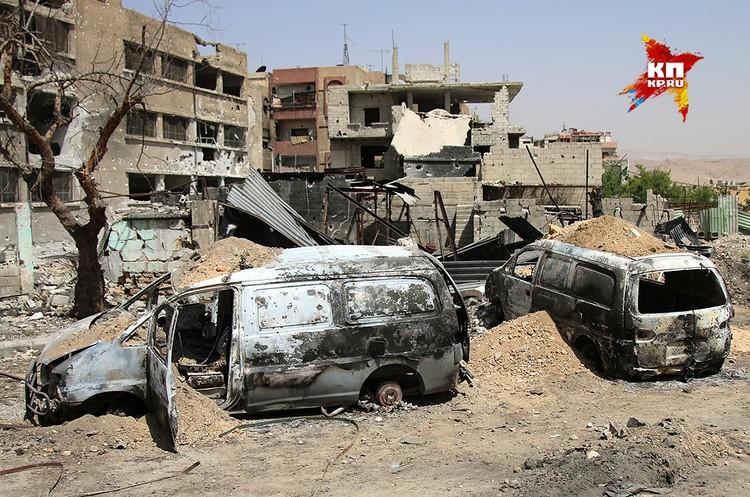 Всюду сгоревшие автомобили и полуразрушенные здания.
