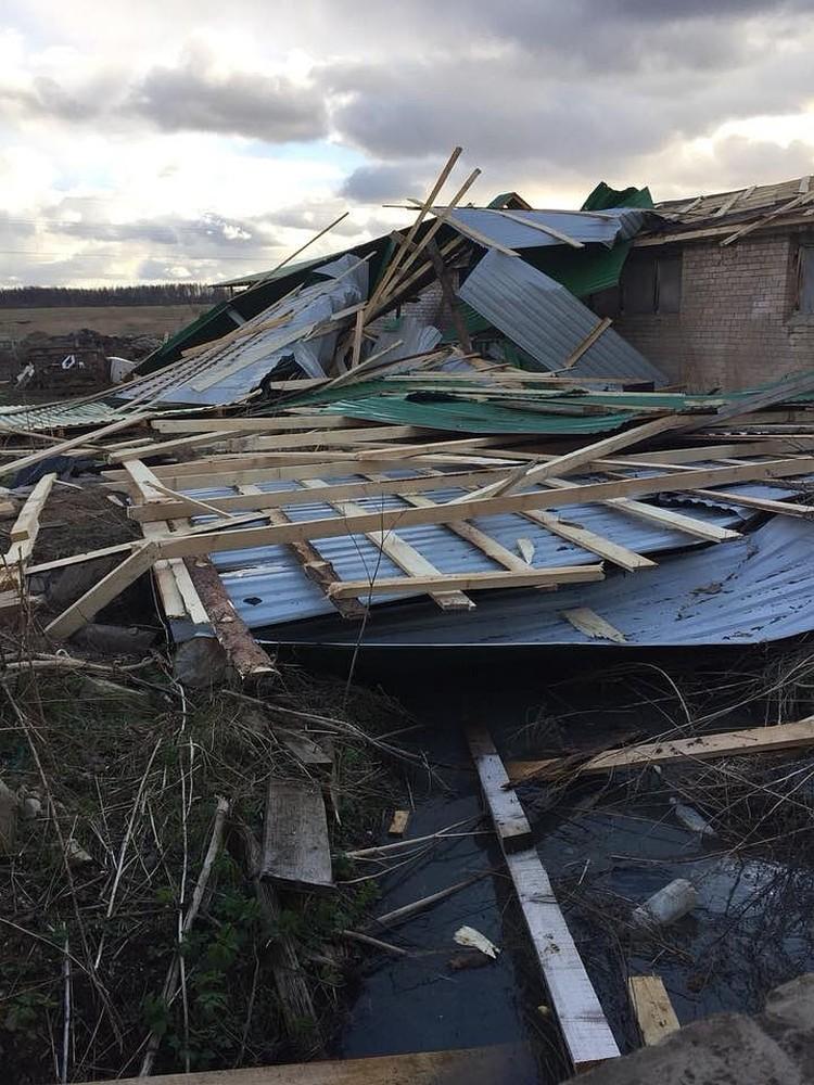 Ветер сносил крыши и рвал линии электропередач.