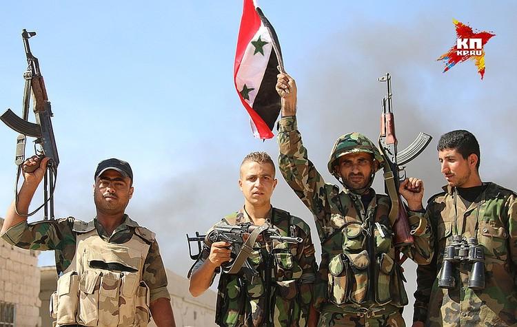 Бойцы сирийской армии в освобожденном городе Ачан.