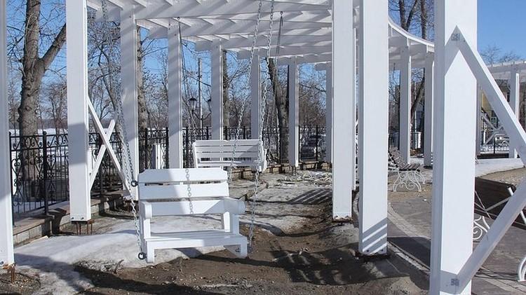 В парке установят белые качели