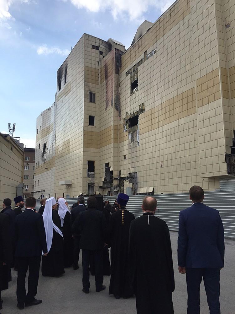 Предстоятель Русской православной церкви обошел выгоревший дотла комплекс