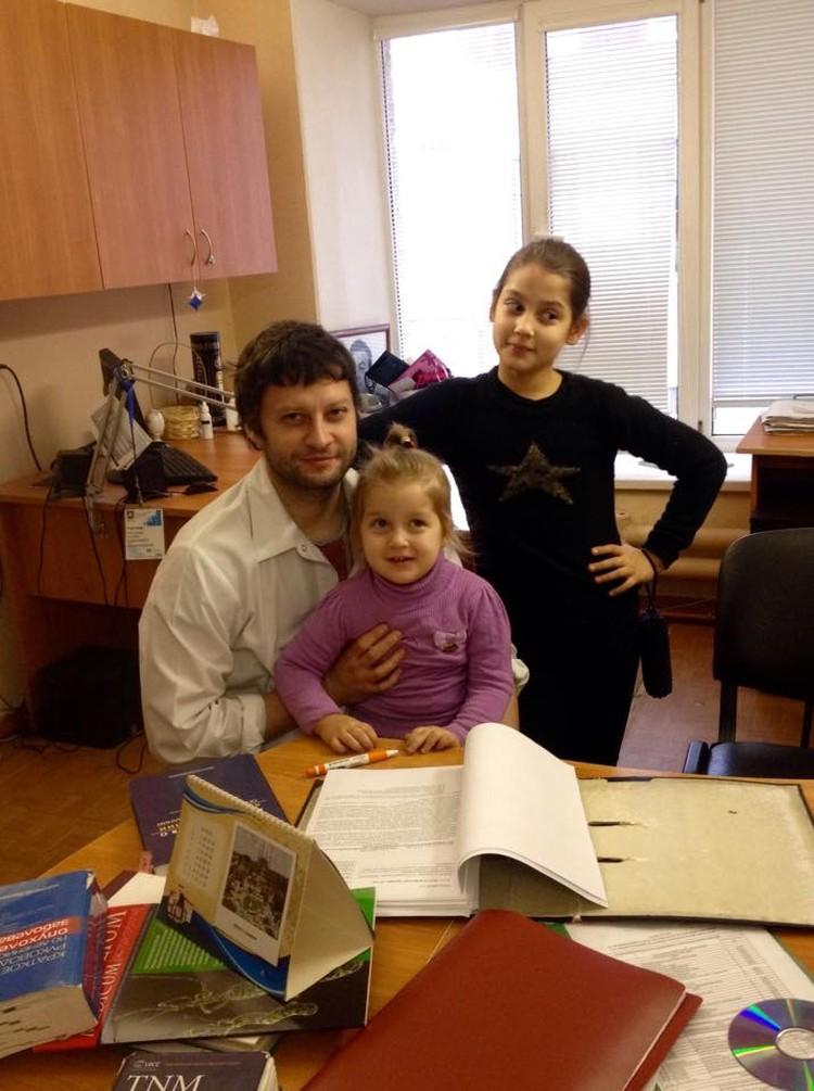 Тяжелее всех принять новость о болезни папы было старшей дочери.