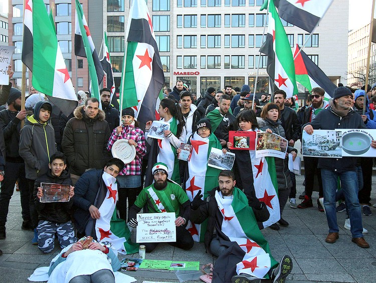 Митинг беженцев из Сирии в центре Франкфурта.