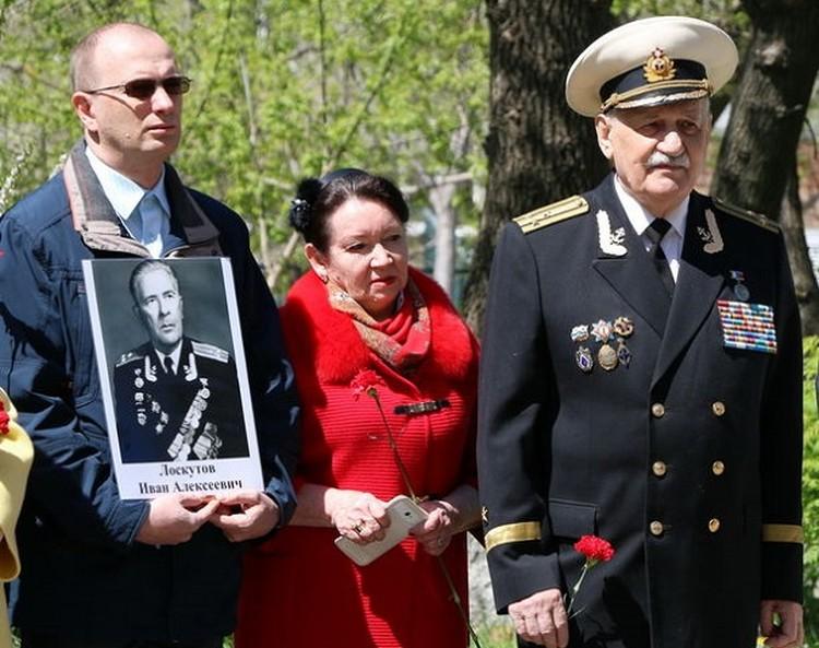 Во время церемонии открытия памятной доски Ивану Лоскутову на улице Гамарника. Фото: Dumavlad.ru