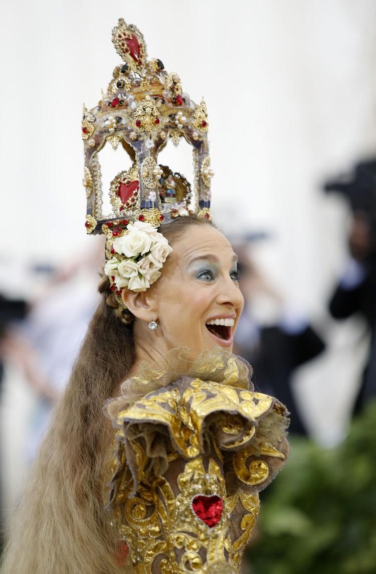 голову актрисы венчал необычный головной убор.