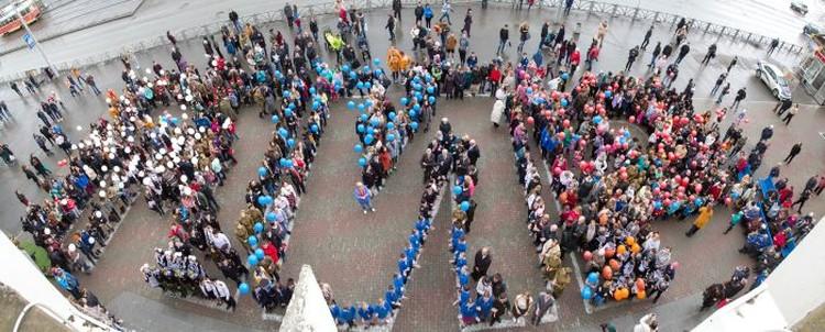 Под конец участники флешмоба выстроились в огромное слово «МИР». Фото: пресс-служба УрГЭУ