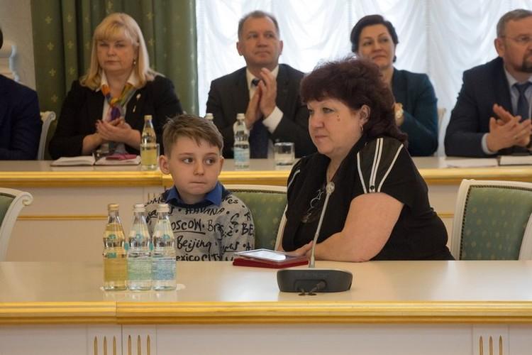 Отец Сергея уговорил его выпрыгнуть из окна четвертого этажа. Так мальчику удалось спастись