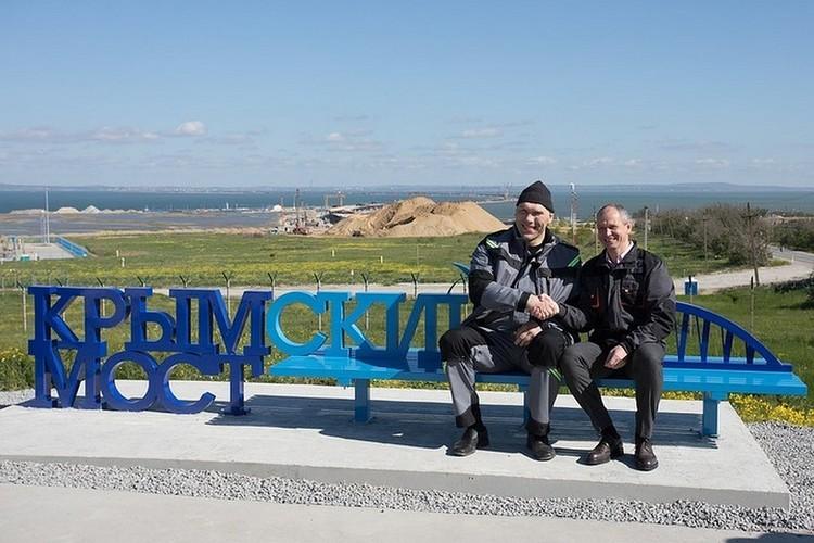 Первым на скамейке с видом на Крымский мост посидел Николай Валуев.
