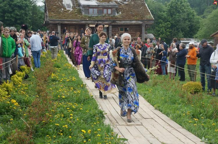 Голливудские звезды ходят по красной дорожке, а русские красавицы – по деревянной