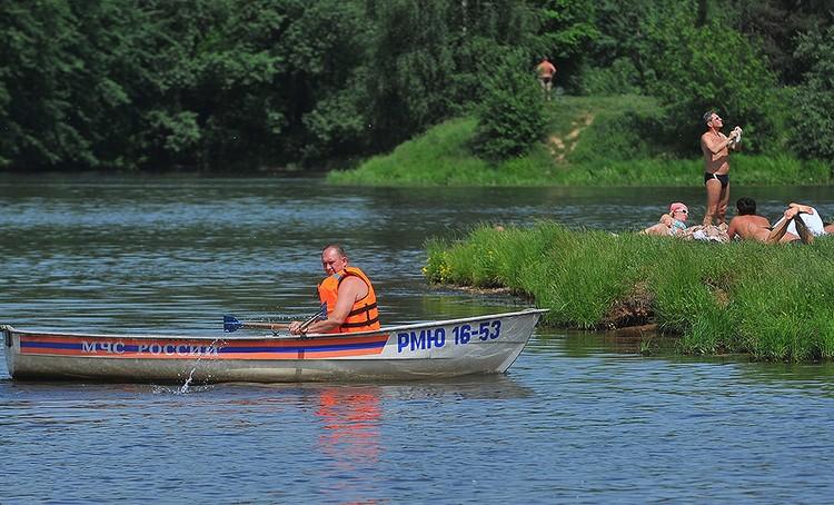 Спасатель на лодке патрулирует пляж Левобережный.