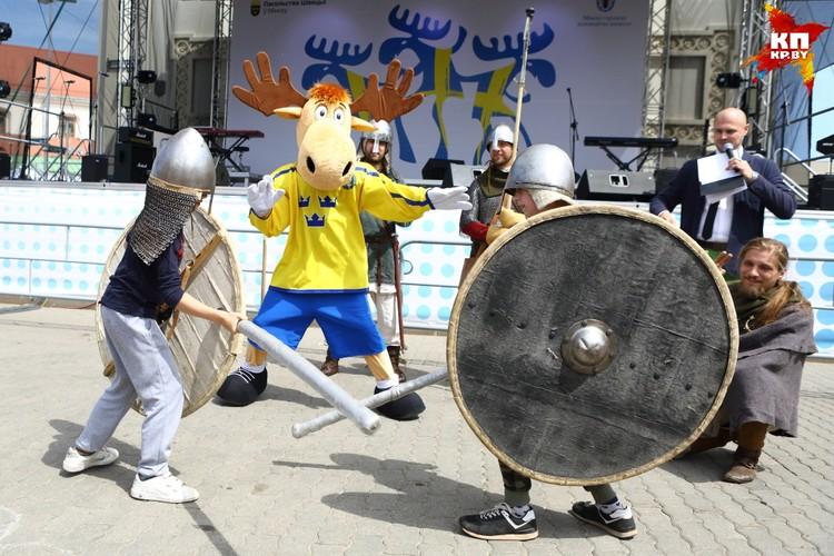 Бой между юными викингами.
